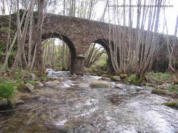 puente antiguo sobre el rio milano