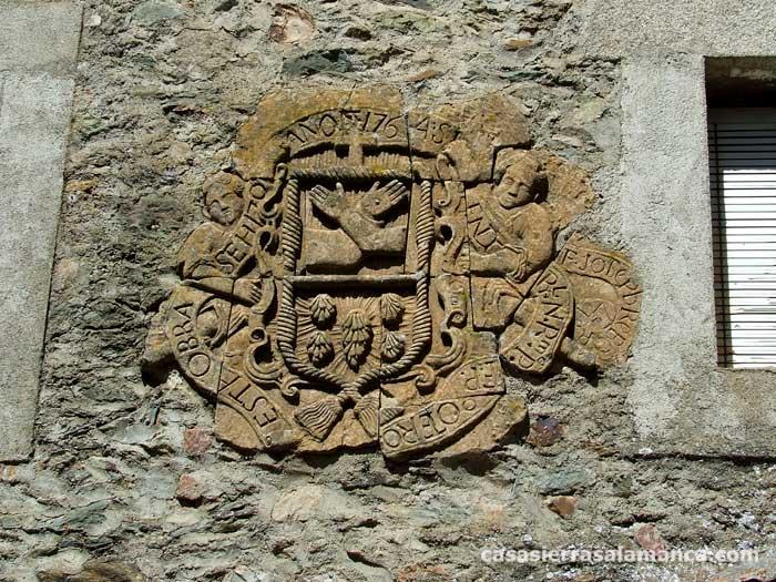 escudo en la fachada de una casa del Convento de El Zarzoso