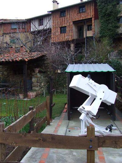 200 mm Teleskop im Garten der Ferienhäuser