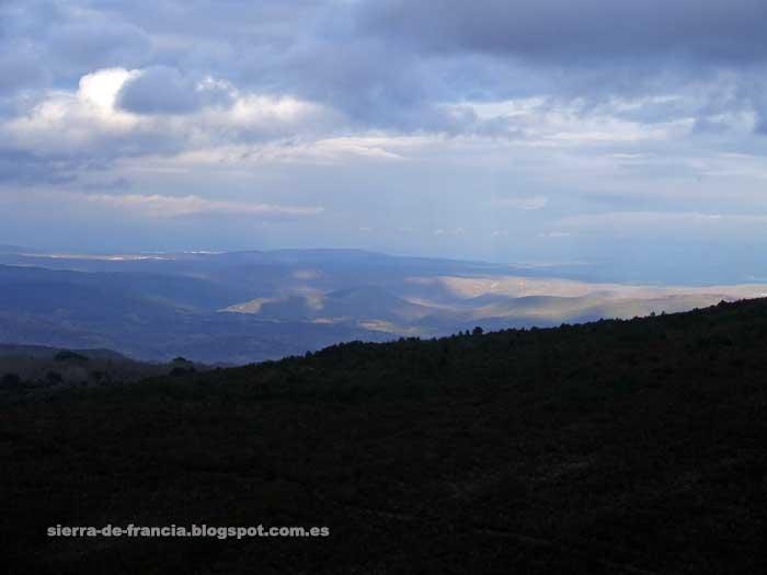juego de nubes y sol sobre la sierra de francia