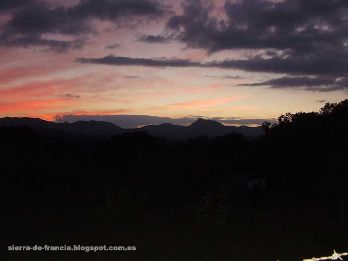 puesta de sol sobre la peña de francia