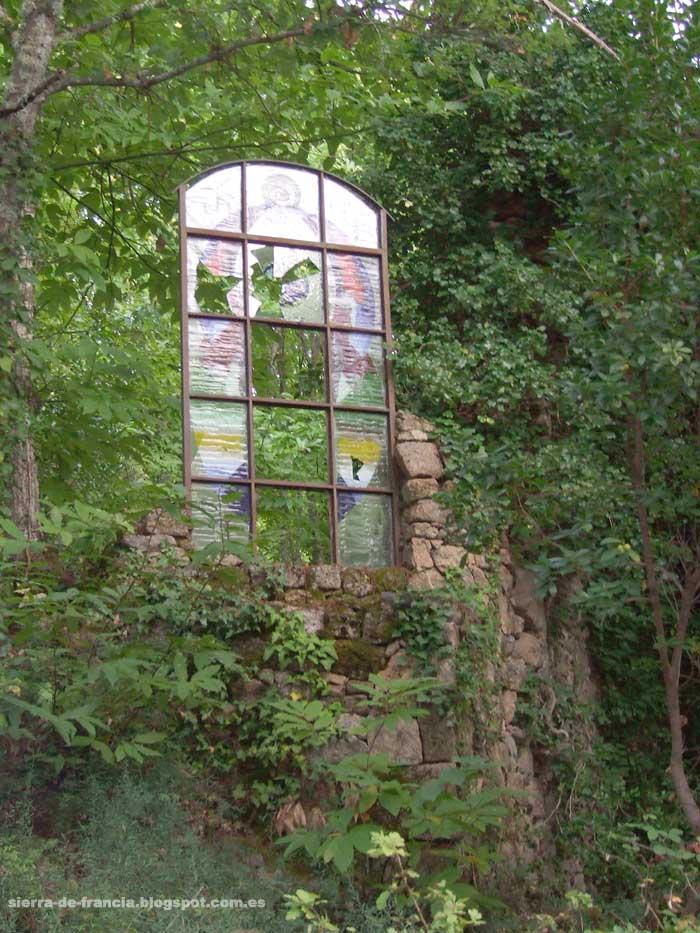 vidriera de la ermita de santa lucia en sequeros