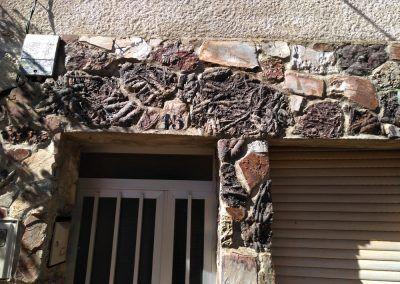 Fósiles en la fachada de una casa