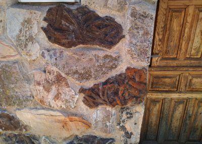 Fósil en la fachada de una casa de Monsagro