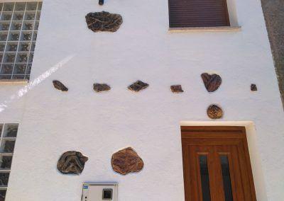 Fósiles en la fachada de una casa de Monsagro